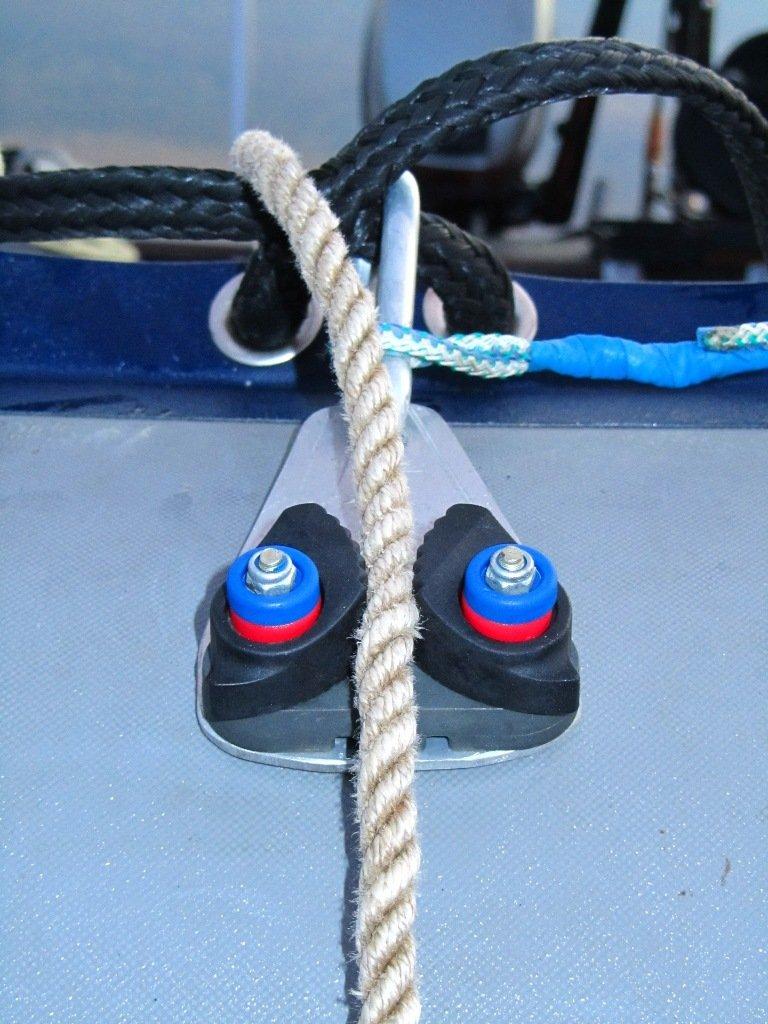 приспособление для крепления якорного троса на весельной лодке