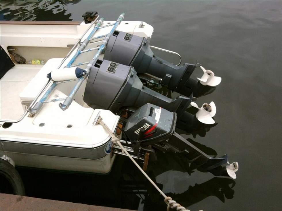 два лодочных мотора на лодке