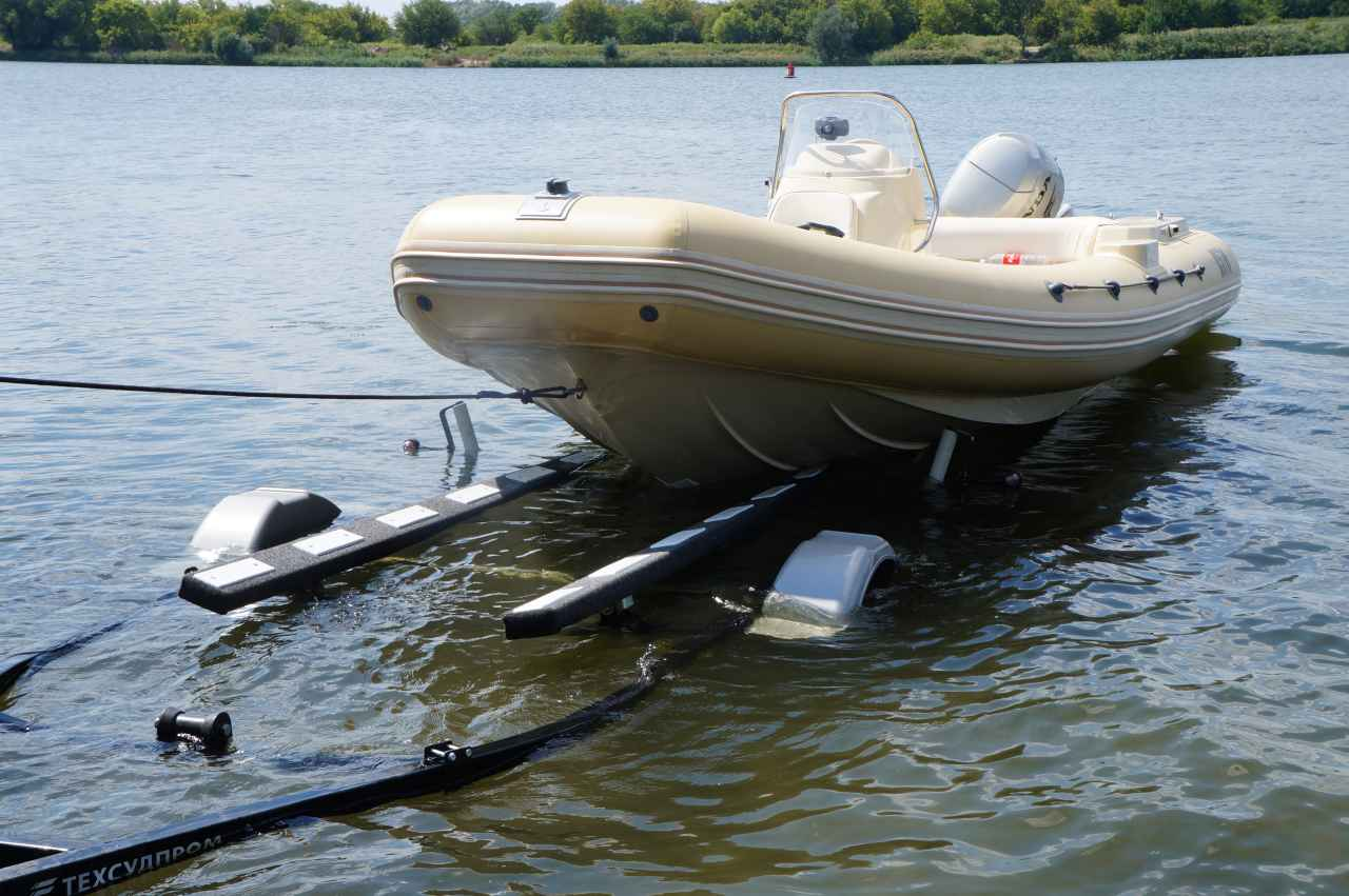 лодка риб на прицепе