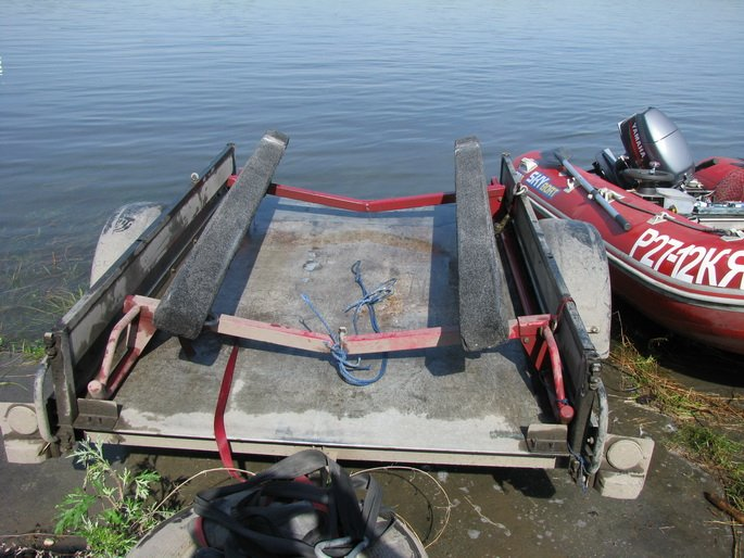 устройство в прицеп для перевозки лодки