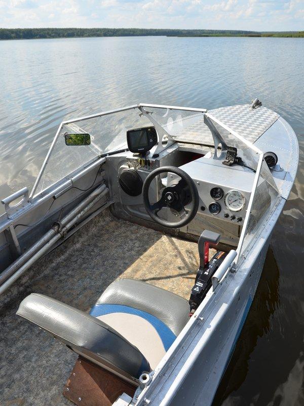 оборудование кокпита моторной лодки