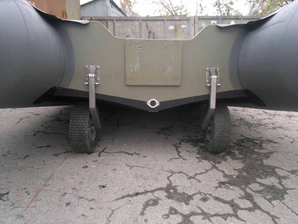 перевозка лодочного мотора в багажнике туле