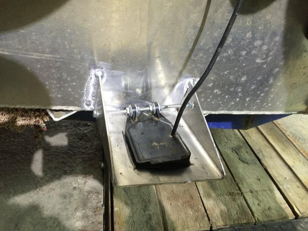 Установка датчика эхолота внутри пластиковой лодки