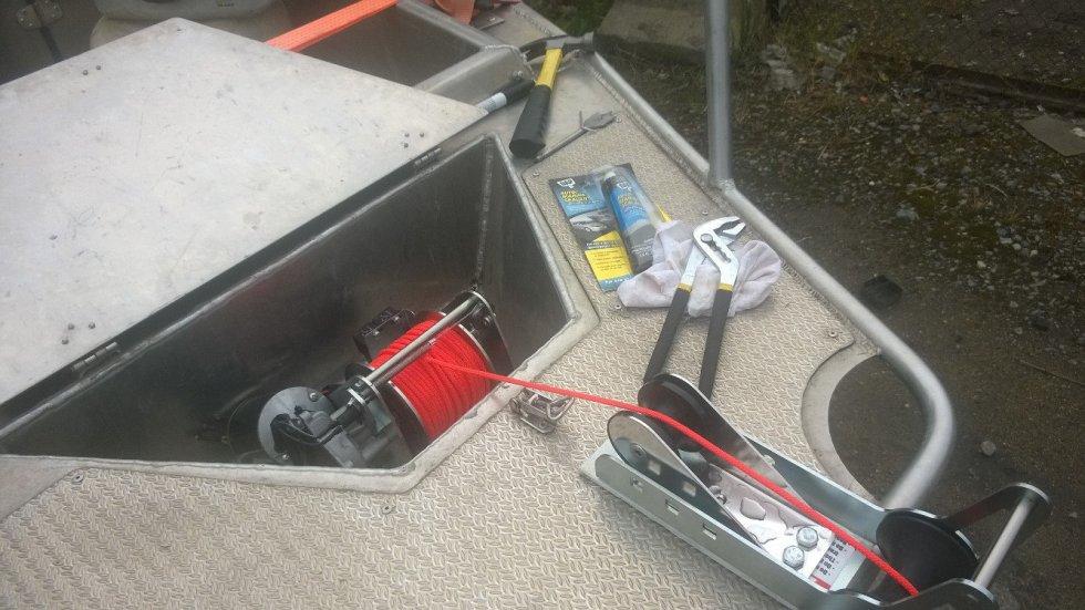 Скрытая установка якорной лебедки на лодку