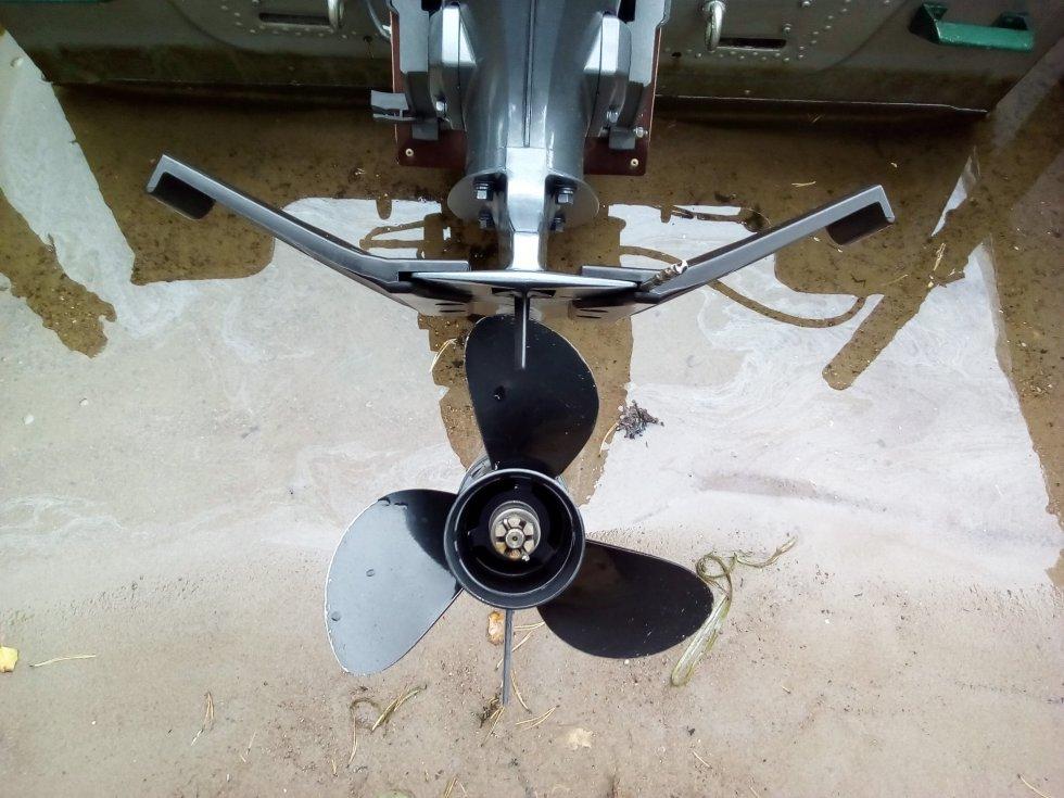 Для чего нужно крыло для лодочного мотора