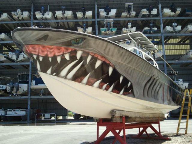 Акула нарисованная на лодке