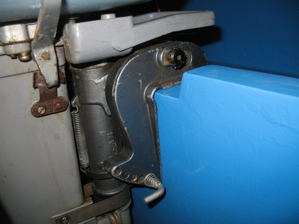 очисть цилиндры от нагара у лодочного мотора