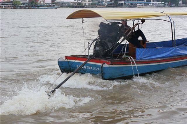 лодка с подвесным мотором и каютой