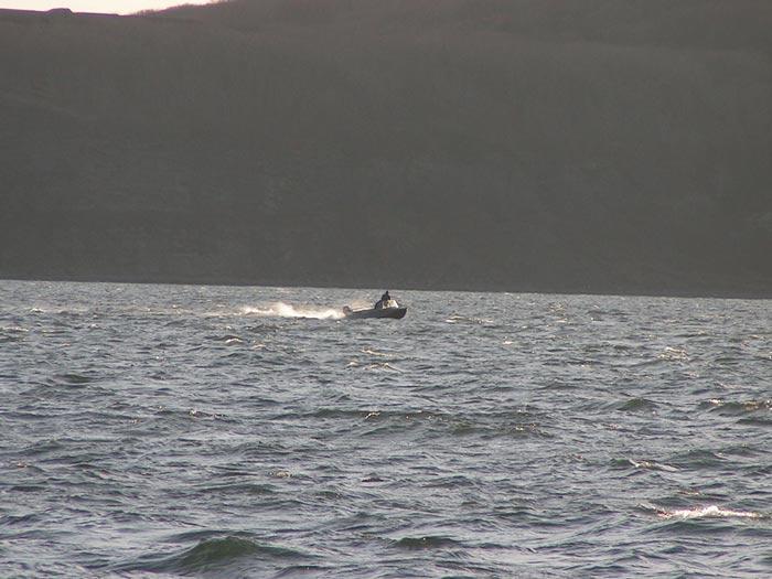 скоро показалась вдали лодка быстро приблизилась она