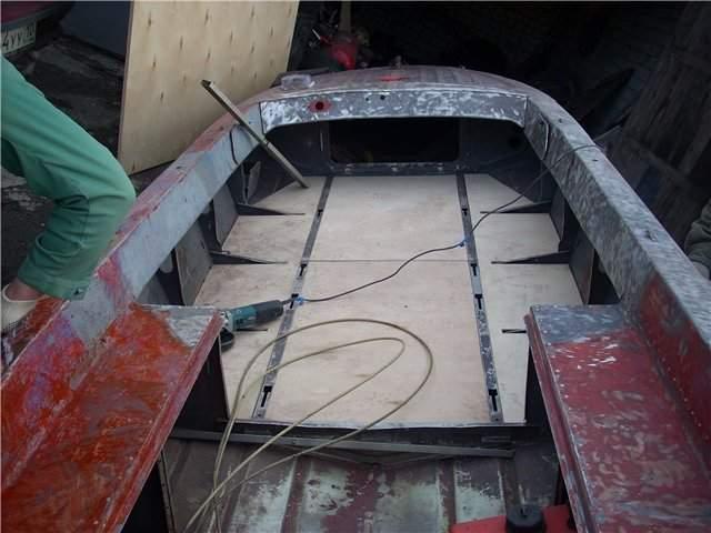 чем замазать дно лодки