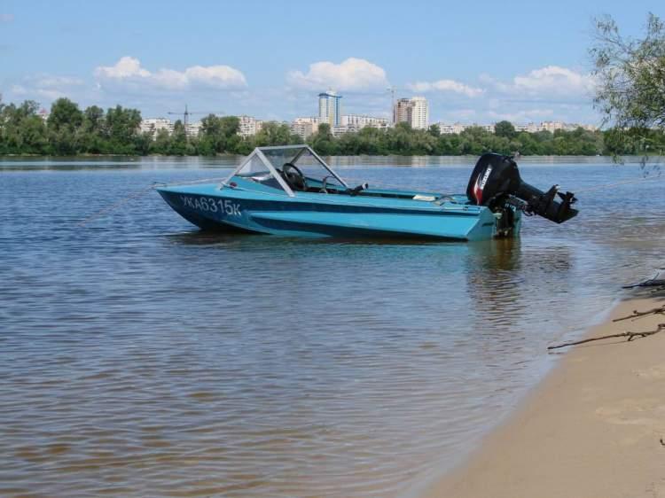 в значительно осевшей лодке