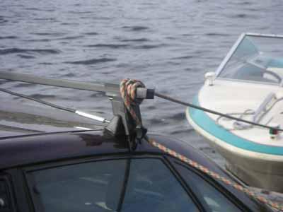 как спустить лодку на воду с крутого берега