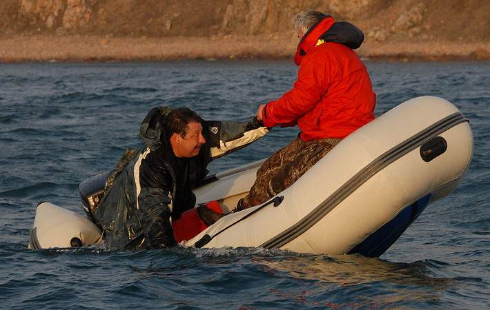 зафиксировать лодку на воде