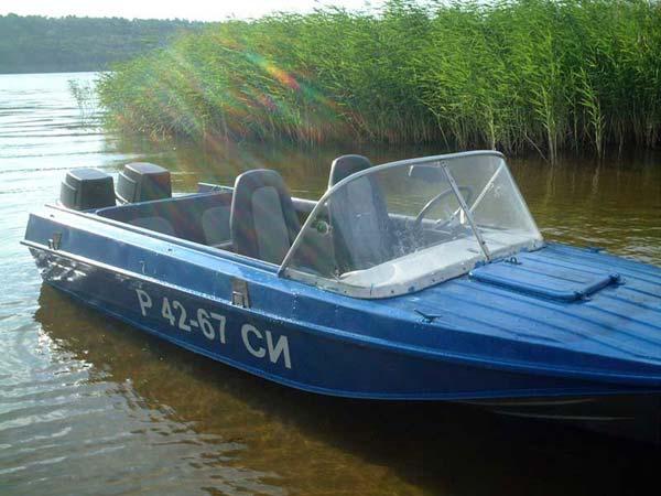 двух моторная лодка