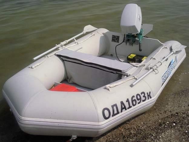 на моторной лодке с ветерком
