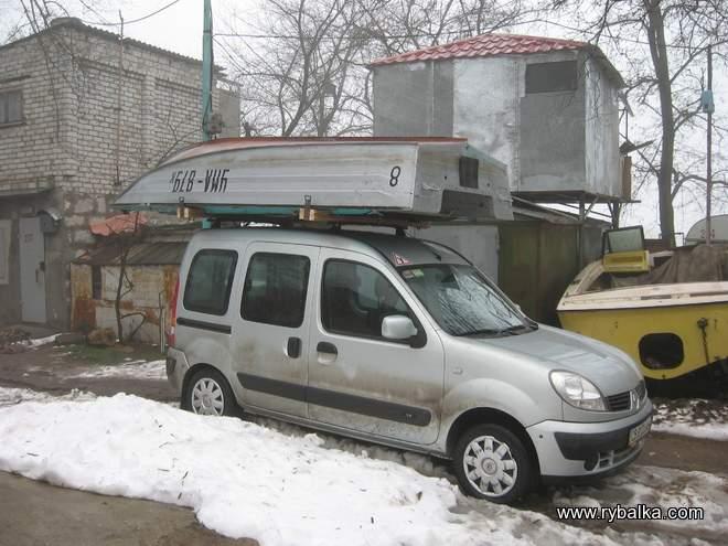 перевозка алюминиевой лодки сверху крыше автомобиля