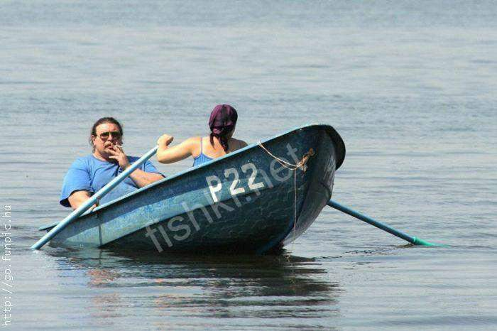 парень с веслами в лодке по чешски